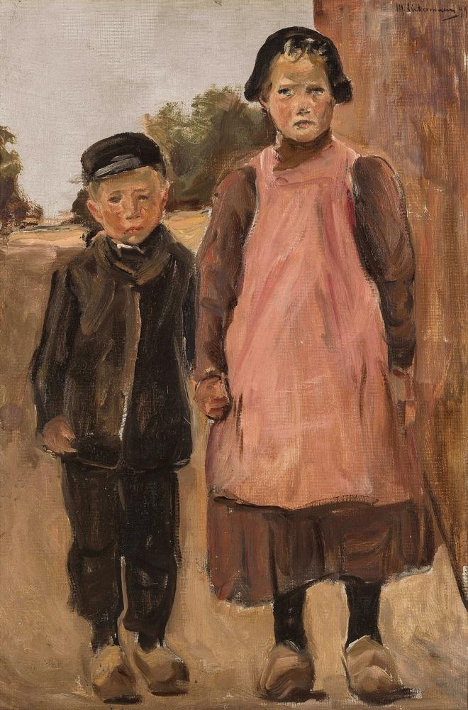Junge und Mädchen auf der Dorfstrasse